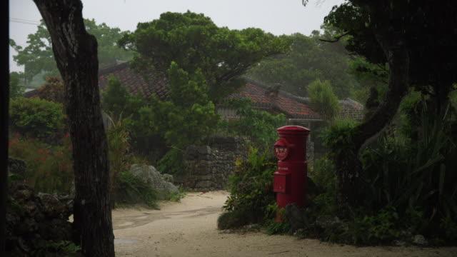 stockvideo's en b-roll-footage met village in rain, taketomi island, okinawa, japan - brievenbus huis