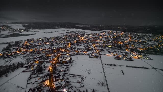 dorf in schneebedeckter winterlandschaft - luftaufnahme - town stock-videos und b-roll-filmmaterial