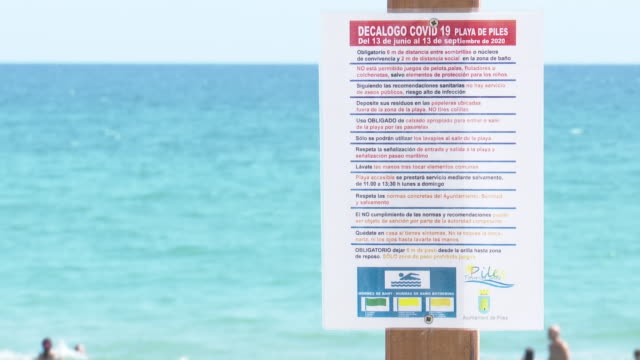 a village in valencia piles prohibits from walking on the shore of its beach from 1100 to 1500 am for the covid the city council has forbidden to... - eventuell stock-videos und b-roll-filmmaterial