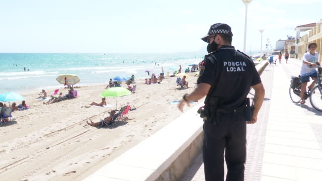 village in valencia, piles, prohibits from walking on the shore of its beach from 11.00 to 15.00 a.m for the covid. the city council has forbidden to... - vermeidung stock-videos und b-roll-filmmaterial