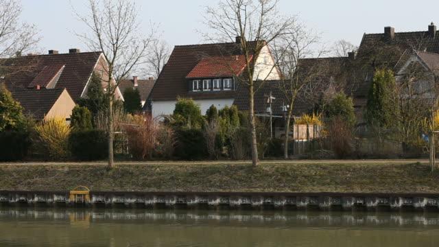 village naer das wasser-deutschland - einfamilienhaus stock-videos und b-roll-filmmaterial