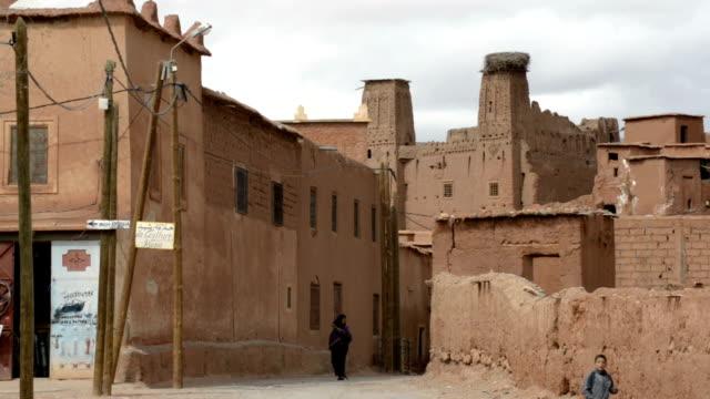 village of boutaghar, in the valley of the roses, part of the dades valley of southern morocco - adobe bildbanksvideor och videomaterial från bakom kulisserna