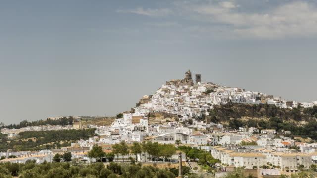 vídeos de stock e filmes b-roll de a village of white walled houses on the hill with the church on top. - cidade pequena