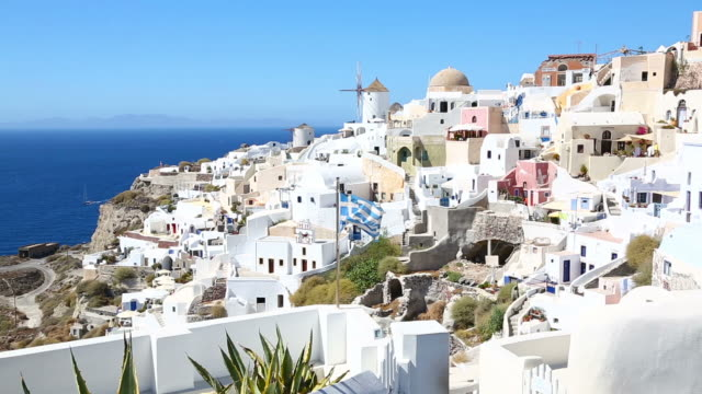 stockvideo's en b-roll-footage met hd: village oia on santorini island, greece - oia santorini