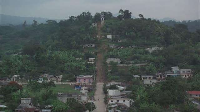 vídeos de stock e filmes b-roll de low aerial, village on hill, panama - fan palm tree