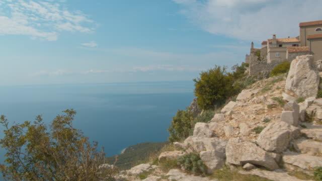 stockvideo's en b-roll-footage met ws village op de top van een heuvel - cres kroatië