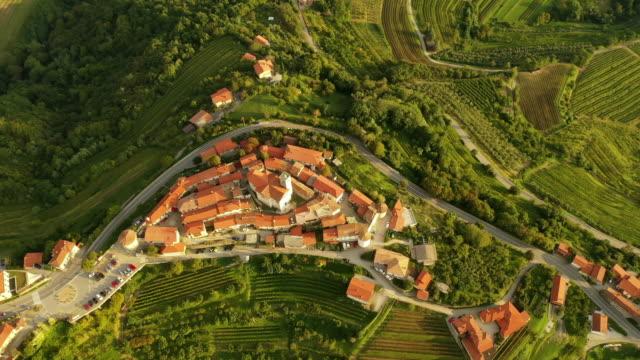 vídeos y material grabado en eventos de stock de aerial village en la cima de una colina - cultura mediterránea