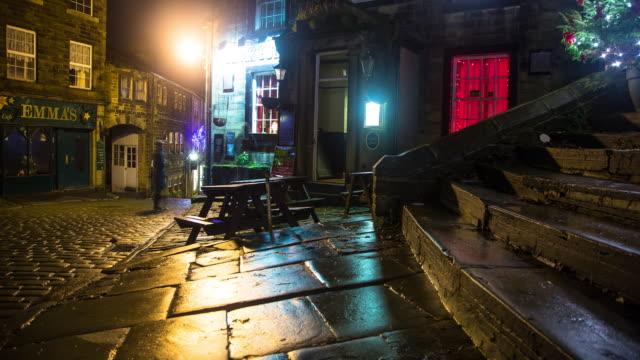 vídeos de stock e filmes b-roll de village pub on rainy winter night - time lapse - entrar
