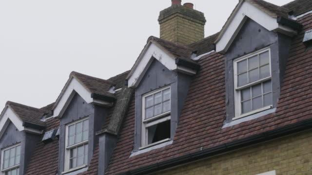 vídeos y material grabado en eventos de stock de village rooftops windows - casa de ladrillo