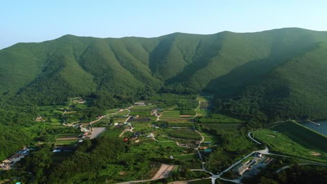 vidéos et rushes de village surrounded by mountain range in bogildo island / wandogun, jeollanam-do, south korea - colline