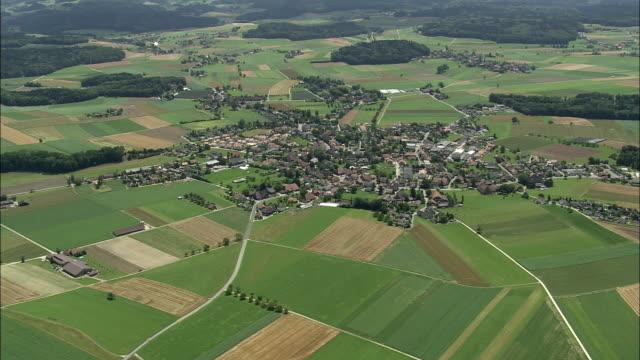 vídeos y material grabado en eventos de stock de aerial village surrounded with fields, koppigen, bern, switzerland - paisaje mosaico