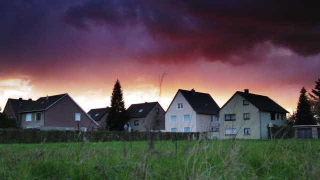 vídeos de stock e filmes b-roll de guindaste up: aldeia - crepúsculo