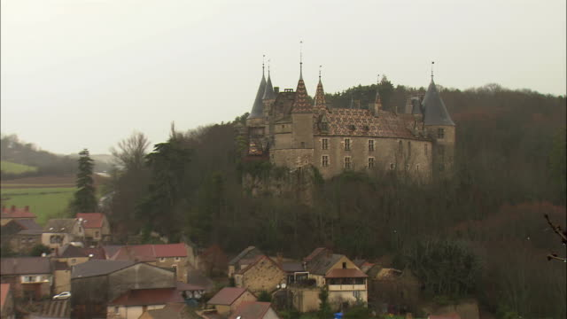 WS ZO Village with castle / Burgundy, France