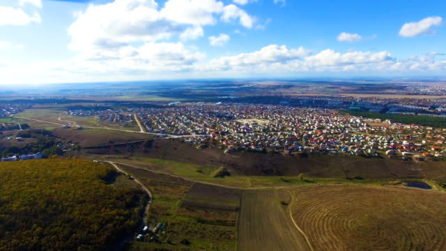 dorf mit bunt dächer in tal, aerial video - quadrokopter stock-videos und b-roll-filmmaterial
