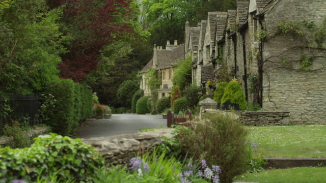 WS TU Village with stone houses / Castle Combe, Cotswolds, Wiltshire, UK
