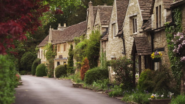 ws tu village with stone houses / castle combe, cotswolds, wiltshire, uk - inghilterra video stock e b–roll