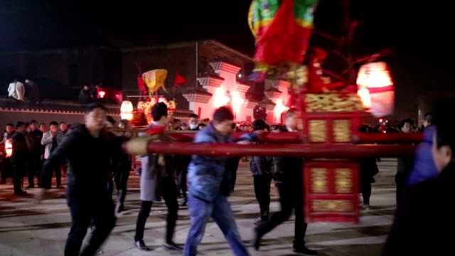 fuzhou, china - february 3, 2017: villagers celebrate chinese new year with the long bridge dragon lantern at night. - chinesisches laternenfest stock-videos und b-roll-filmmaterial