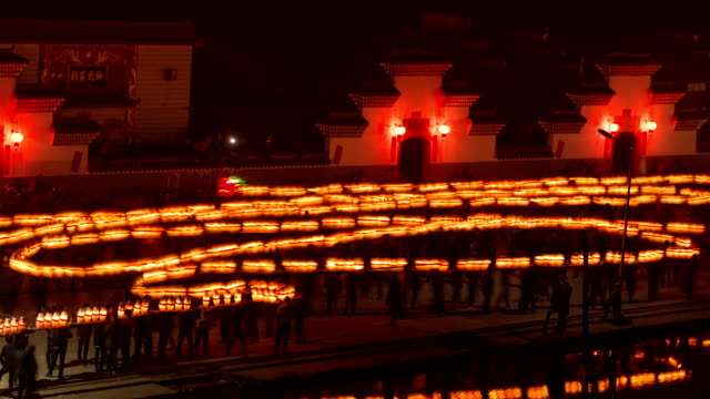 vídeos de stock, filmes e b-roll de fuzhou, china - february 3, 2017: villagers celebrate chinese new year with the long bridge dragon lantern at night. - ano novo chinês