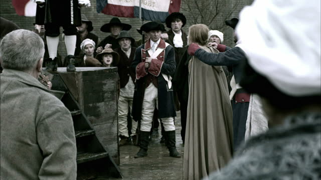 vidéos et rushes de villagers chant and taunt as a french soldier leads marie antoinette to the guillotine. - révolution française