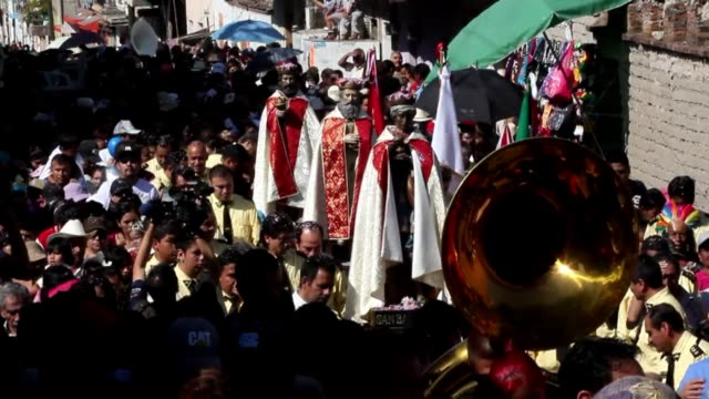 vídeos y material grabado en eventos de stock de villagers in cajititlan near guadalajara in the mexican state of jalisco celebrated the feast of epiphany on monday by parading images of the three... - reyes magos