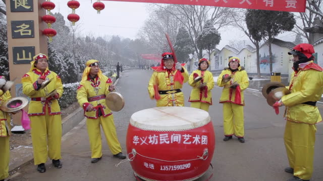ms tu villagers performing gong and drum in temple fair during chinese spring festival  audio  / tongchuan, shaanxi, china - chinesisches laternenfest stock-videos und b-roll-filmmaterial