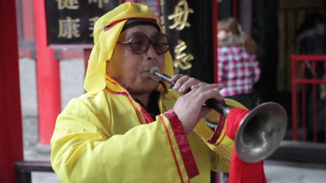cu villagers performing trumpet in temple fair during chinese spring festival  audio  / tongchuan, shaanxi, china - nur männer über 30 stock-videos und b-roll-filmmaterial