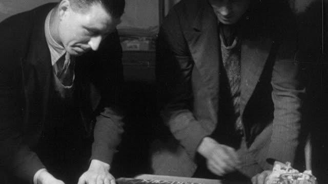 vídeos de stock, filmes e b-roll de 1937 b/w montage villagers playing shove ha'penny / essex, england - enfoque de objeto sobre a mesa
