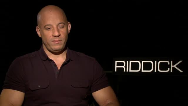 vídeos de stock e filmes b-roll de vin diesel on how he became an actor and how he felt isolated during filming of the riddick movie - filme de ação