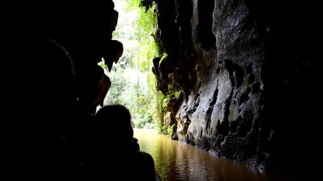 vídeos de stock e filmes b-roll de vinales valley: visiting the indian cave a tourist landmark - equipamento fotográfico