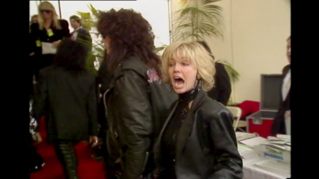 stockvideo's en b-roll-footage met vince neil mick mars heather locklear and tommy lee arrive at the 1990 grammy awards in limo / motley crue painting on building on sunset blvd in... - west hollywood