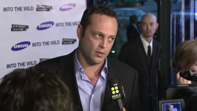 vince vaughn at the 'into the wild' premiere at directors guild of america in hollywood, california on september 18, 2007. - アメリカ監督組合点の映像素材/bロール