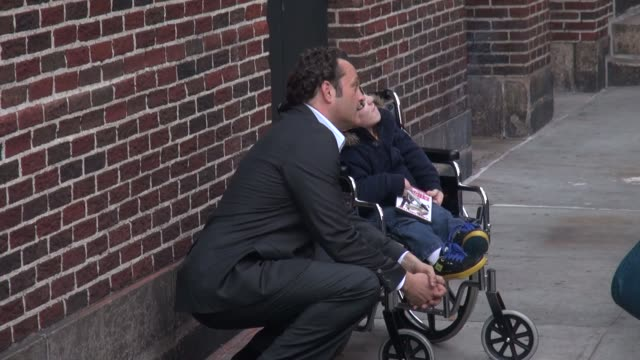 vince vaughn with fans at the 'late show with david letterman' studio at celebrity sightings in new york in new york, ny, on . - vince vaughn stock videos & royalty-free footage