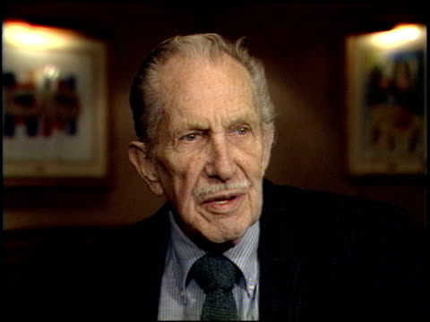 vincent price at the los angeles film critics awards 1989 at the bel age hotel in west hollywood california on january 24 1989 - west hollywood bildbanksvideor och videomaterial från bakom kulisserna