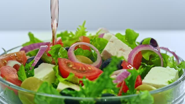サラダに注がれているslo moビネガー - 酢点の映像素材/bロール