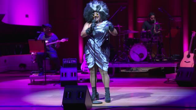 vinegar strokes sings juice at 'turn up london' at cadogan hall during 'turn up london' at cadogan hall on june 29, 2020 in london, england.captured... - ウェストエンド点の映像素材/bロール
