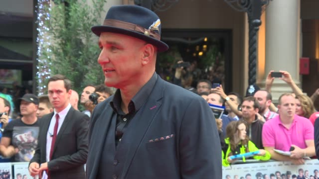 broll vinnie jones jack whitehall spencer matthews at 'the expendables 3' world premiere at odeon leicester square on august 04 2014 in london england - vinnie jones stock videos & royalty-free footage