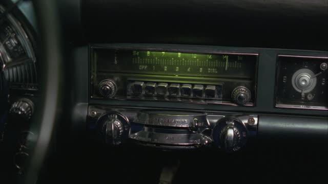 vídeos y material grabado en eventos de stock de cu vintage 1950's car radio - radio