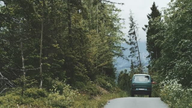 oldtimer bus auf dem weg in die berge fahren - camping stock-videos und b-roll-filmmaterial