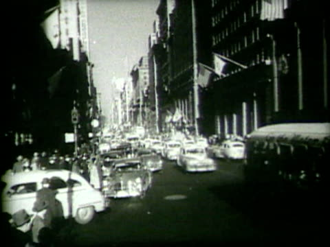 vintage cars on a busy city street - モノクロ点の映像素材/bロール