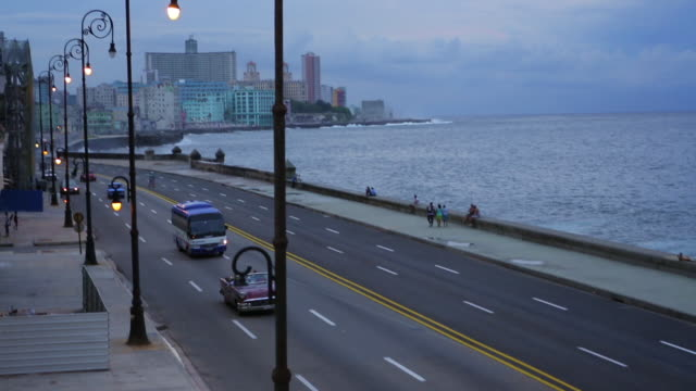 vintage cars on malecon with ocean - hotel nacional stock videos and b-roll footage