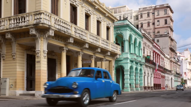 vintage cars on paseo del prado in central havana - bunt stock-videos und b-roll-filmmaterial
