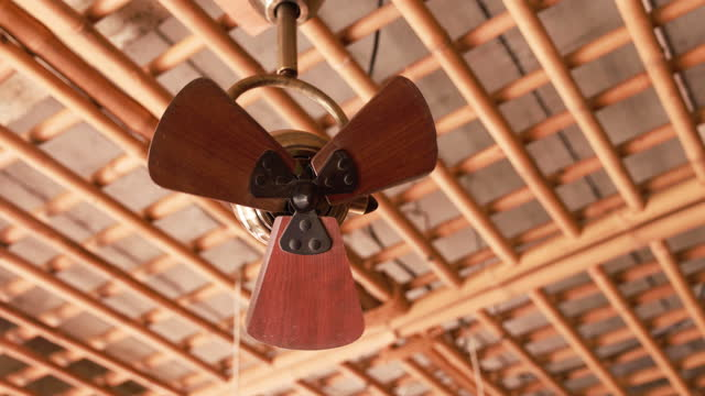 vintage deckenventilator ist eingeschaltet an der decke des raumes - wohngebäude innenansicht stock-videos und b-roll-filmmaterial