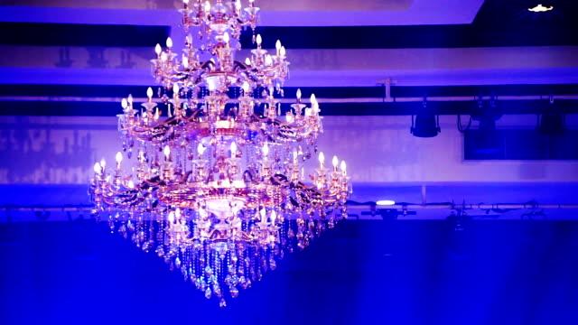 vídeos de stock, filmes e b-roll de vintage lustre no teto, decoração da iluminação. - candelabro