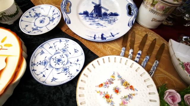 vintage crockery offered at the open flea market - mercato delle pulci video stock e b–roll