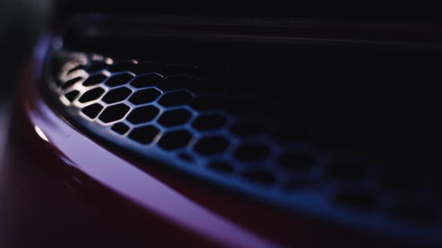 ヴィンテージ、エレガントなスポーツカー。ハニカムテクスチャのファンシーバックライト - 高級車点の映像素材/bロール