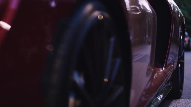 ヴィンテージ、エレガントなスポーツカー。光沢のある漆塗りの金属シート - 高級車点の映像素材/bロール