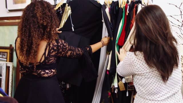 vidéos et rushes de chasse de la mode vintage en magasin de seconde main - brocante