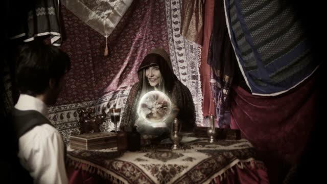 vídeos de stock e filmes b-roll de vintage cartomante - paranormal