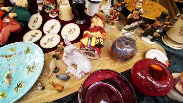 vintage goods offered at the open flea market - 秒針点の映像素材/bロール