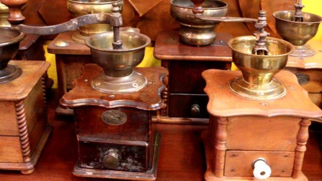 Vintage manual Moedor de Café com grãos de café na mesa de madeira